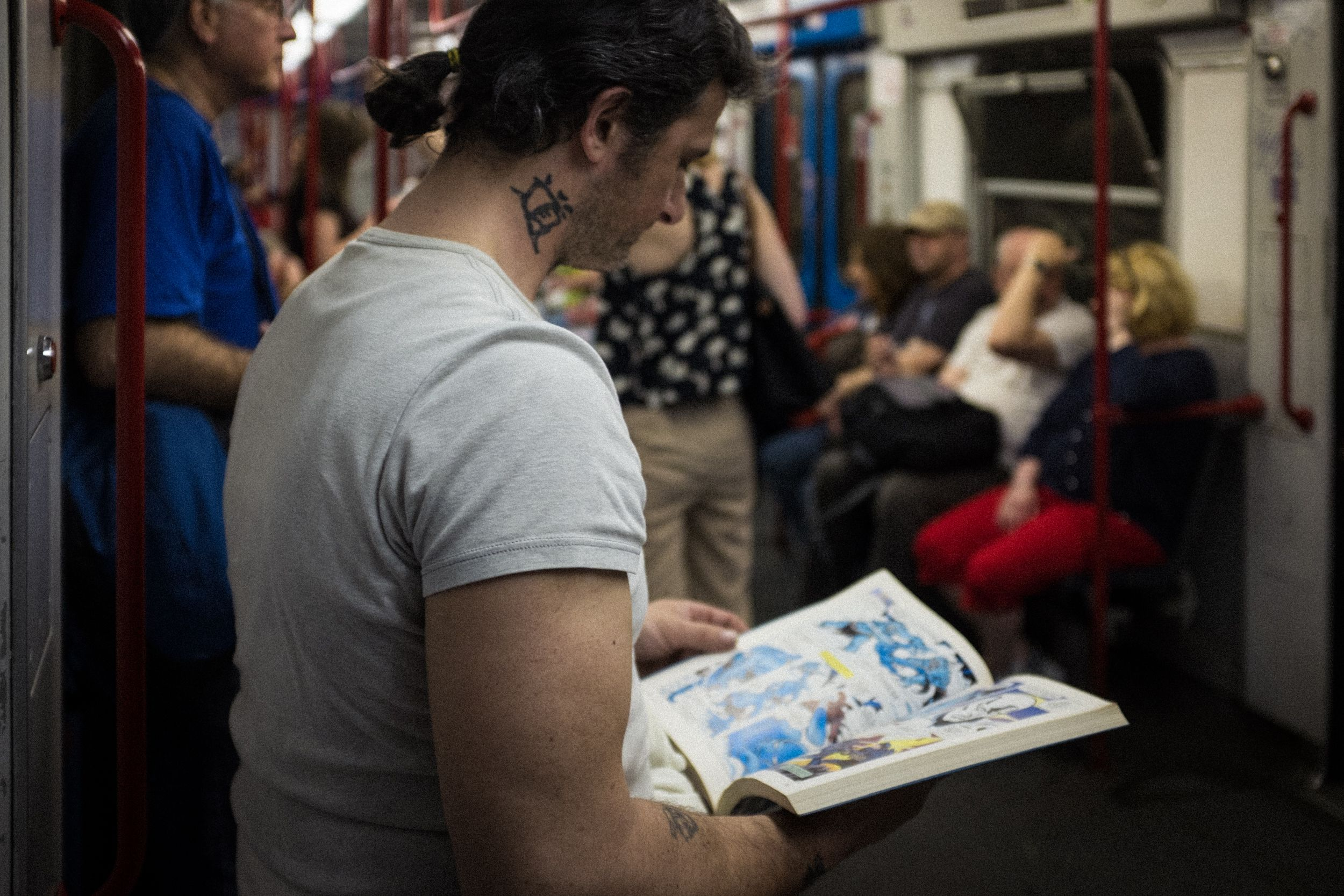 Comic Leser in der U-Bahn von Rom