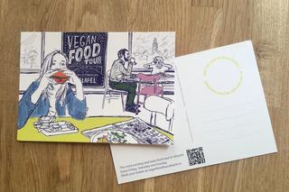 Ansichtkaart Vegan Food Tour vrouw eet een vegan burger in een restaurant