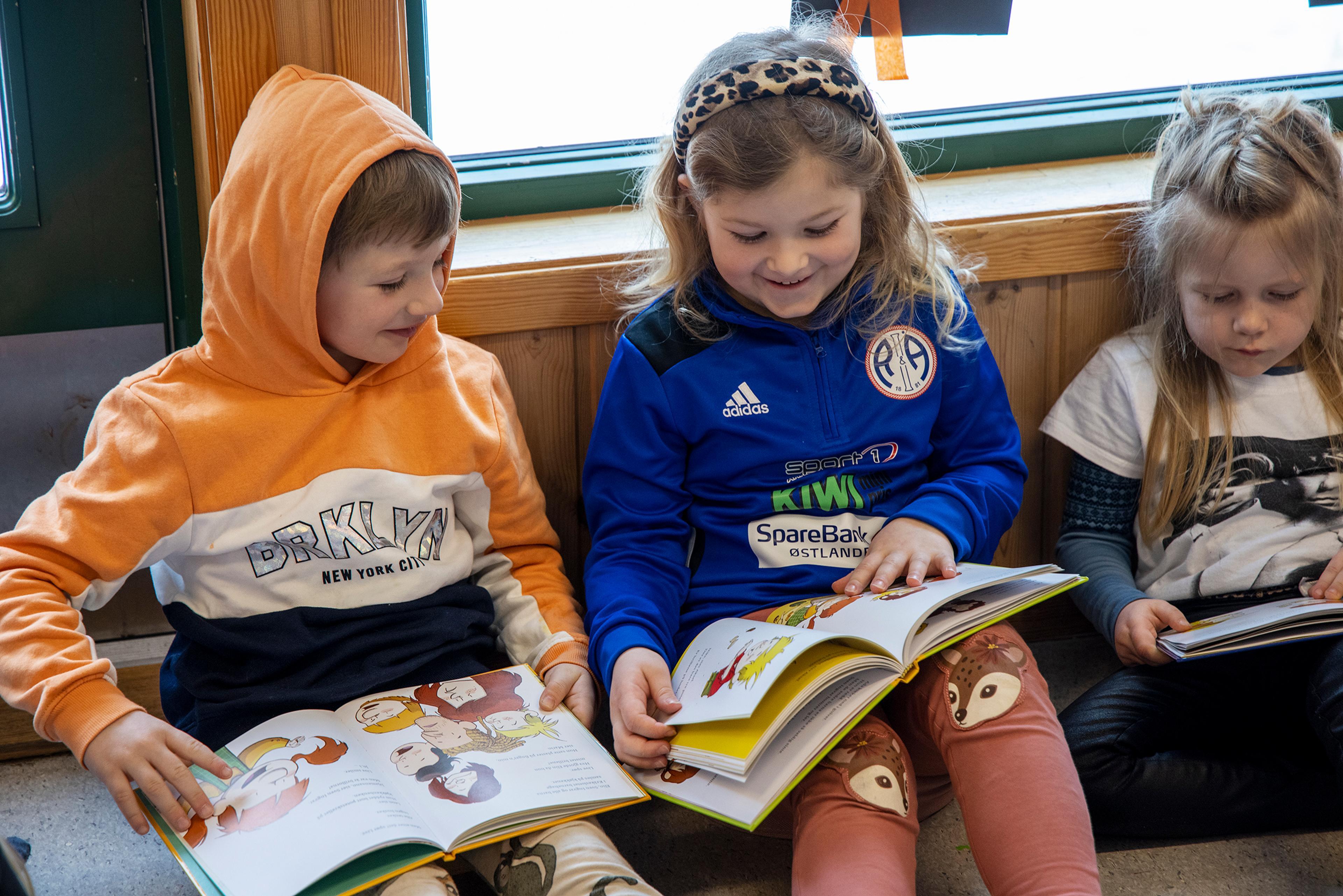 – Barn er iblant FOR smarte! Har jeg skrevet en bitte liten feil, ser de det tvert og er påpasselige med å si fra, sier Lars. Her leser barna selv i barnehagekrimbøkene.