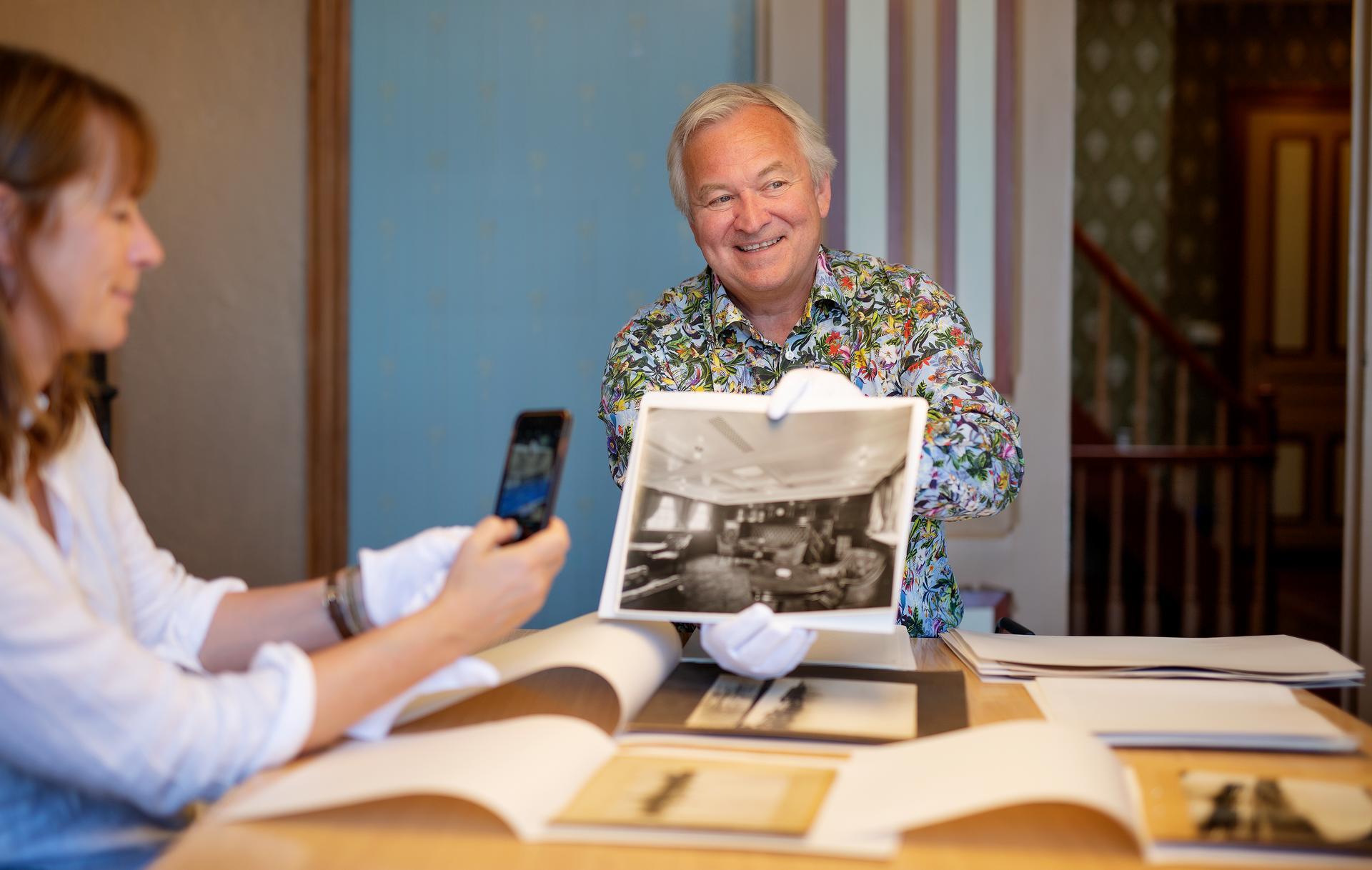 God hjelper. Mads Ramstad, direktør og konservator, har vært en god kilde for Cecilie Enger i arbeidet med boka om verdens første rederkvinner.  -Jeg synes det er spennende at Cecilie Enger har valgt den historiske romanformen, sier Ramstad.