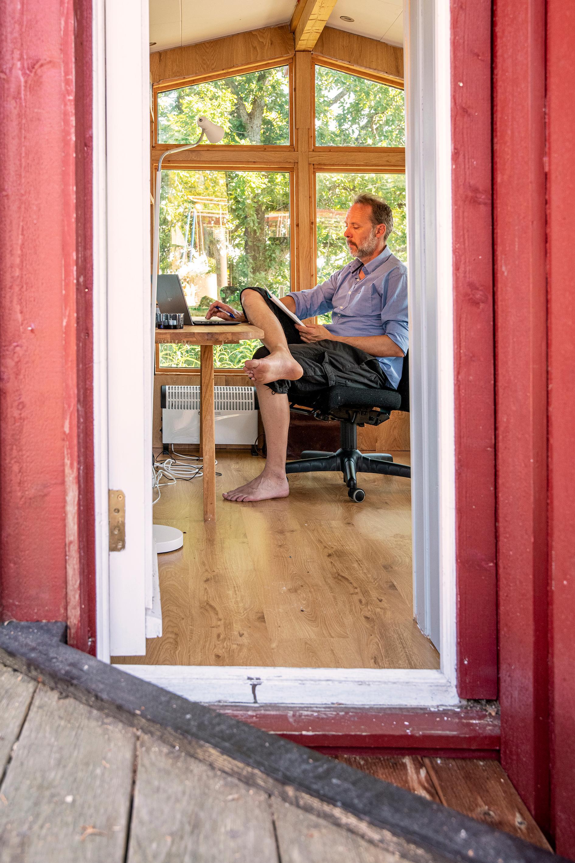 Skriveferie. Gaute Heivoll tilbringer deler av sommeren hos svigerforeldrene i Larvik, hvor han har en egen skrivestue.