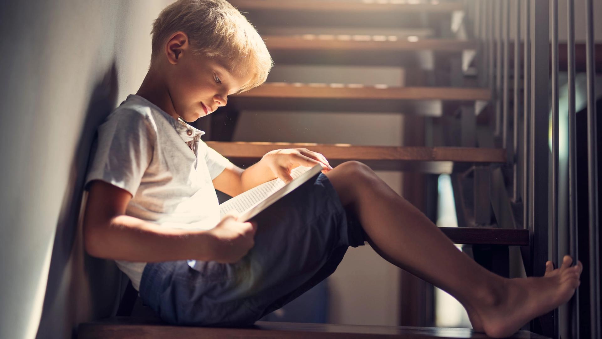 Et barn leser en bok.