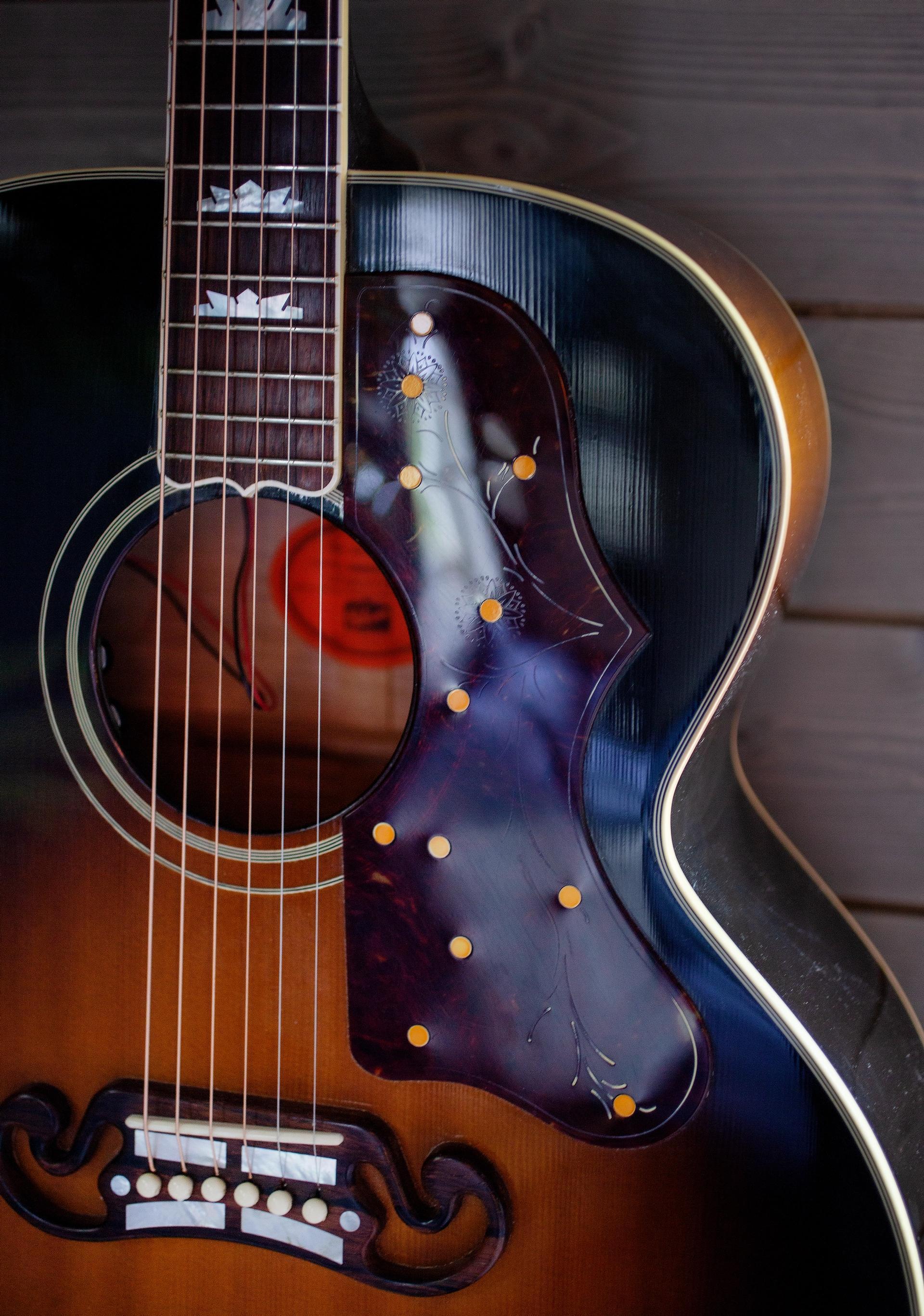 Gitarfrelst. En lidenskap er å samle gitar. Han er stadig på jakt, og har nå rundt 30 gitarer i samlingen.
