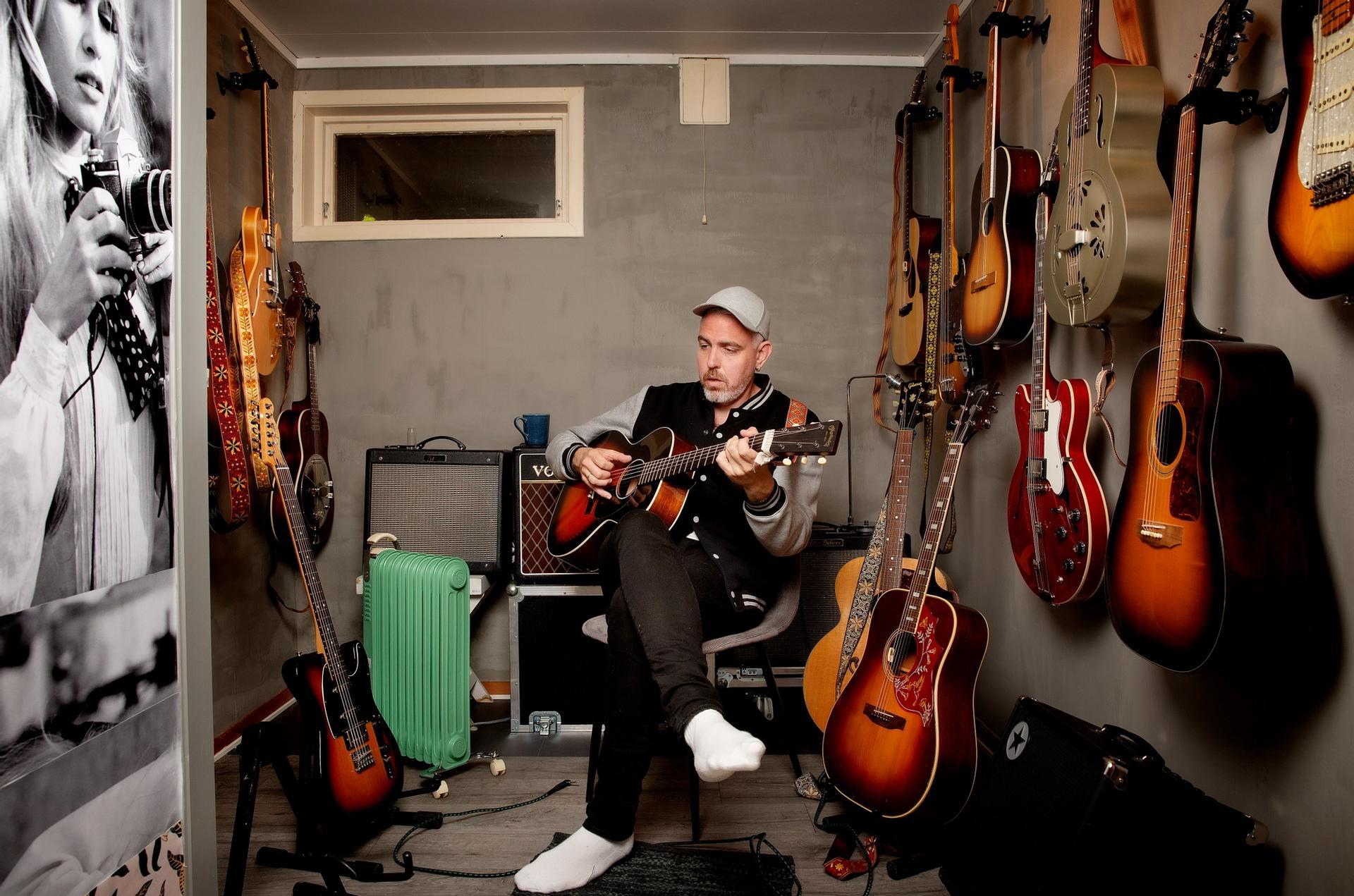 Pop og poesi. Trygve Skaug slo gjennom som artist, nå er han for mange mest kjent som poet. Det begynte med små drypp på Facebook.