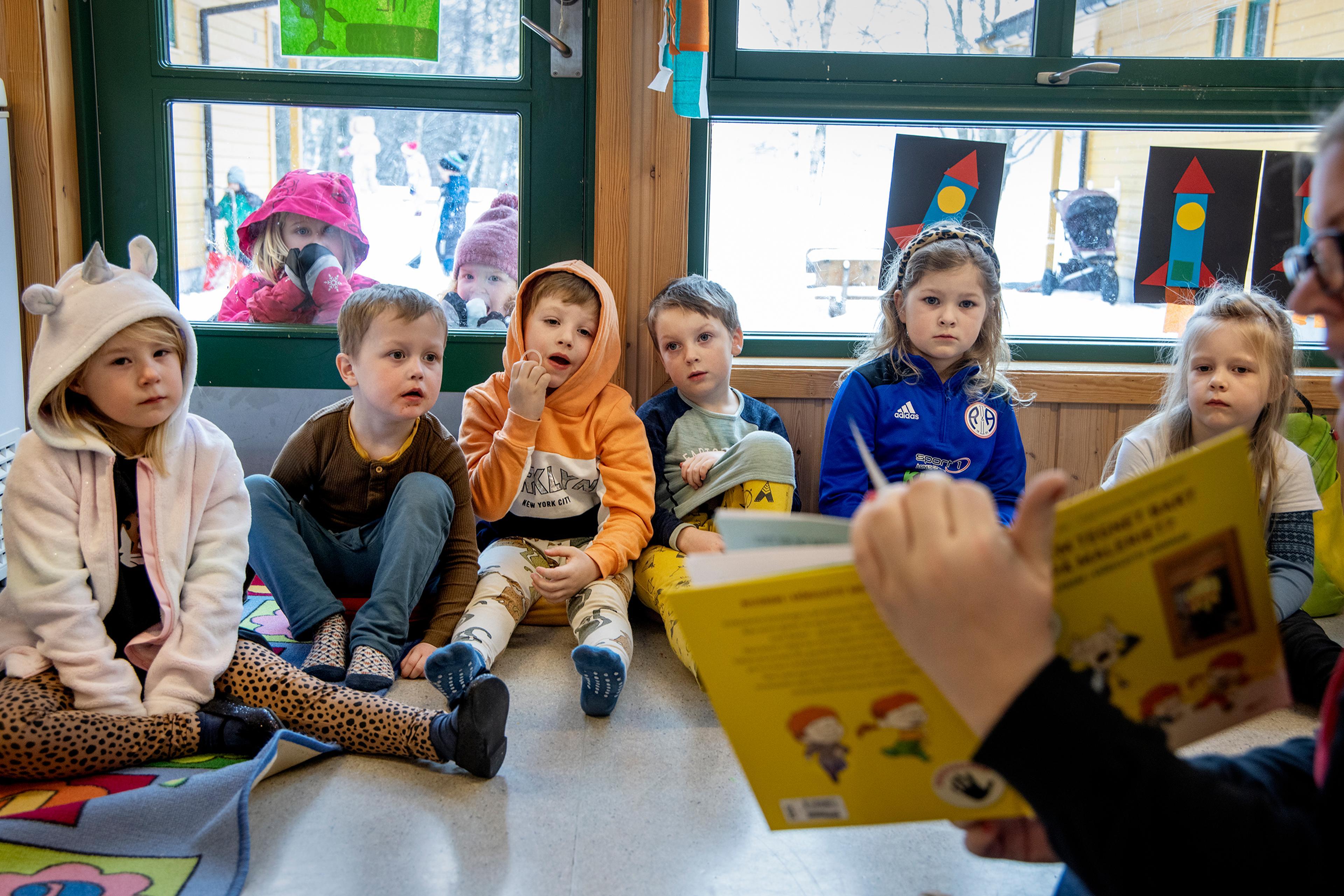 Barnehagekrimbøkene og bøkene om Dinosaurgjengen har vært svært populære blant de minste. Her hører en barnehage på mens det blir lest høyt fra bøkene.