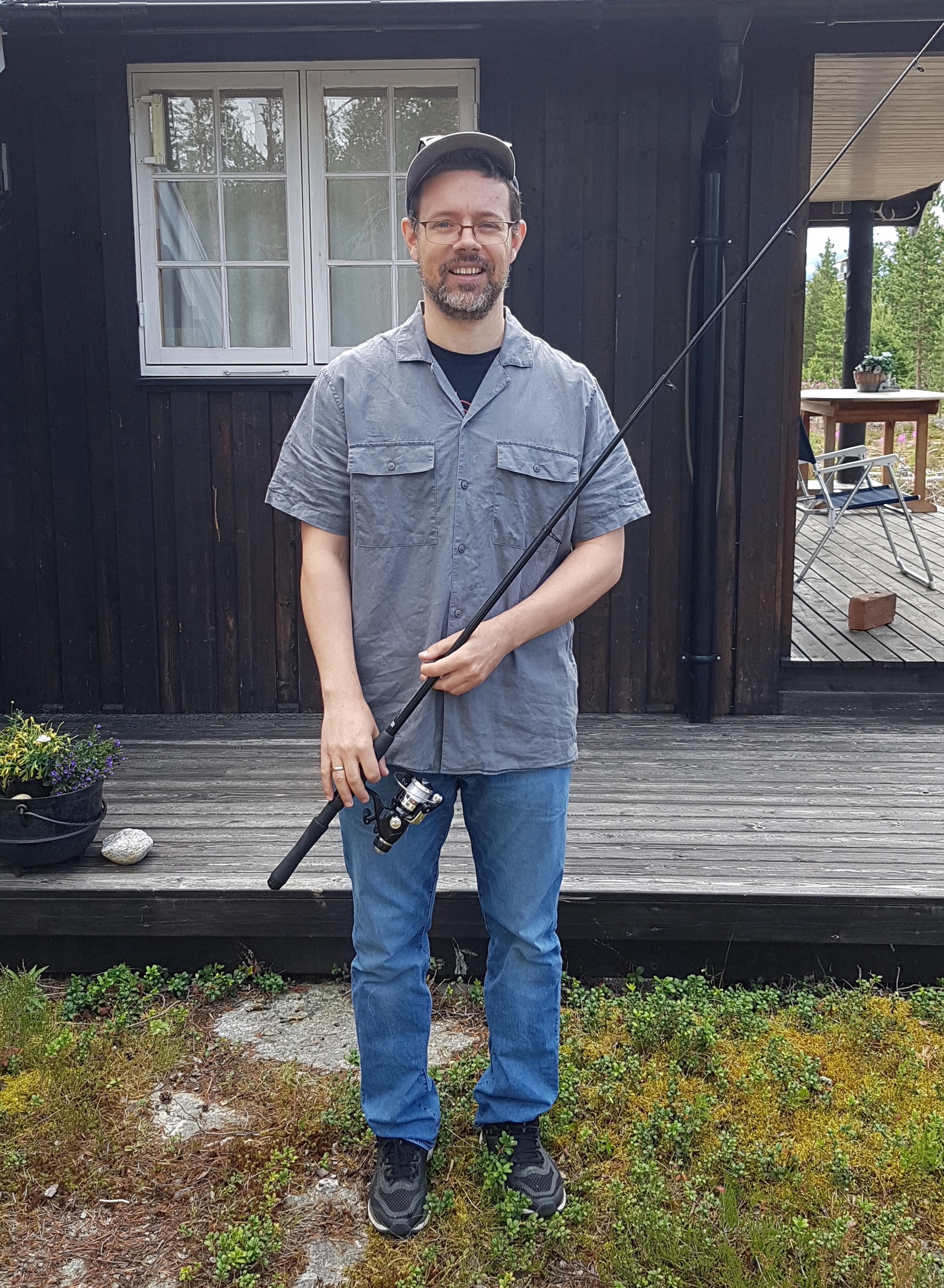 Lars er glad i å ta en tur ut i skogen eller gå på fisketur. Her med fiskestang. Foto: Privat