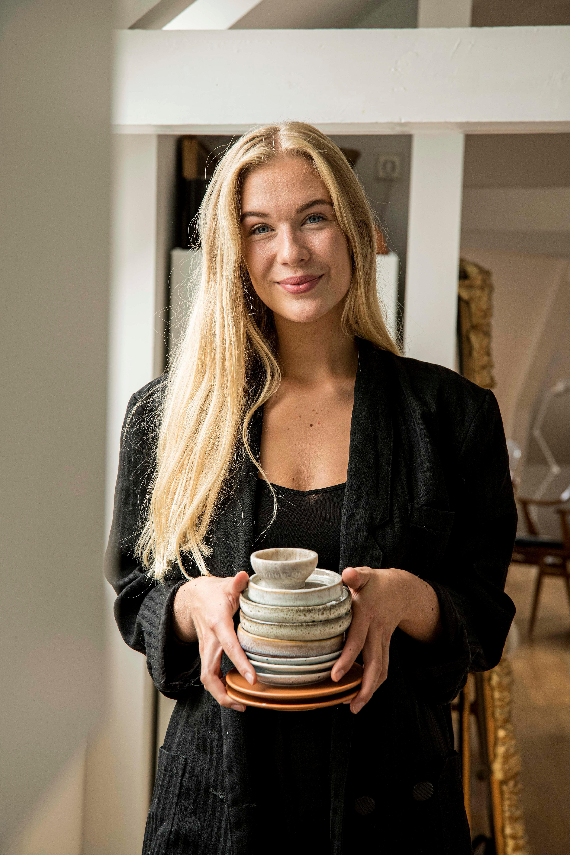 Hos Karen har hver kopp en unik historie. Her viser hun frem flere umake kopper.