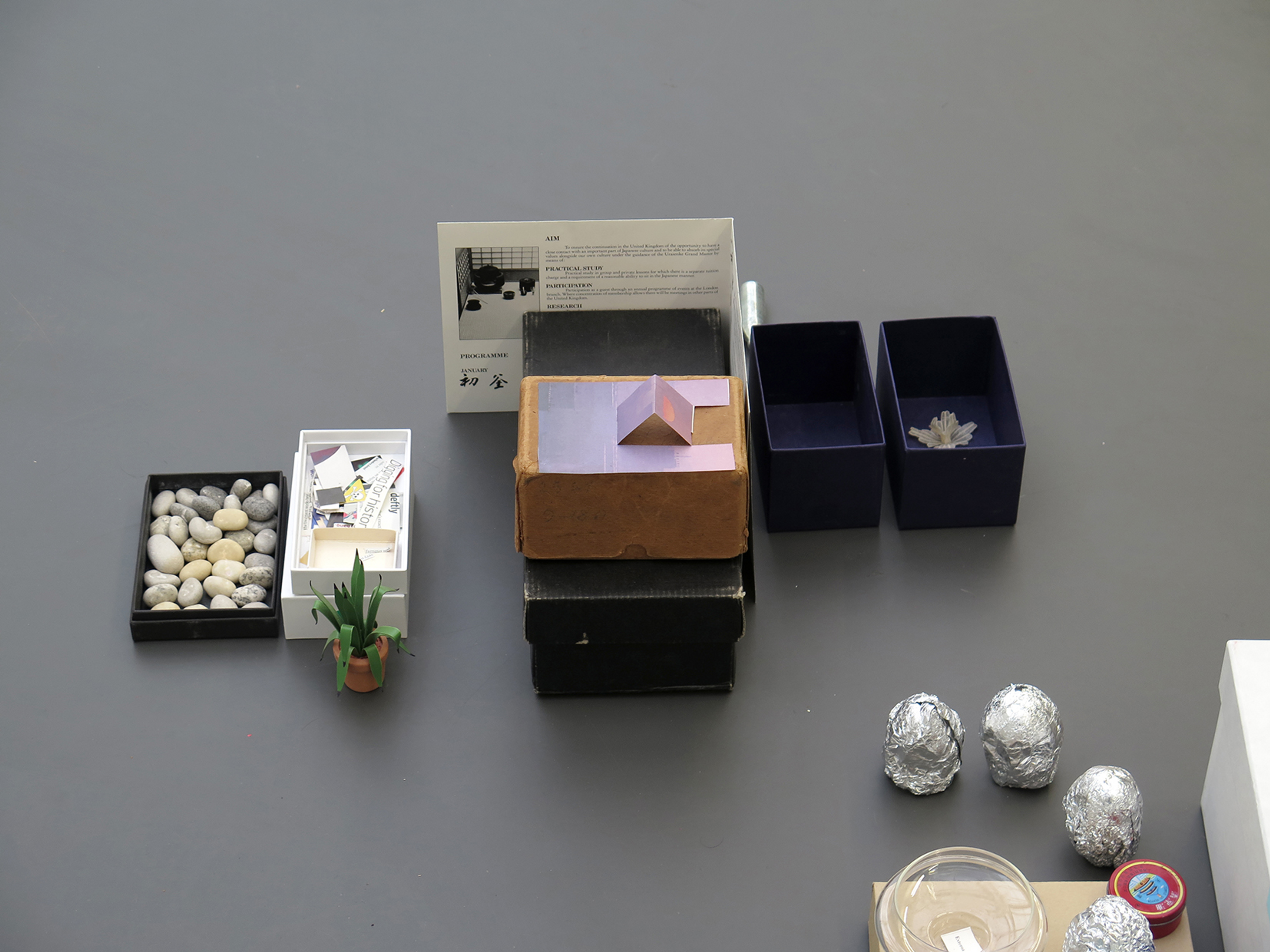 Rozenstraat – a rose is a rose is a rose. Amsterdam  A collection of boxes is arranged in the space according to a found *Mot Croisés* for the exhibition *2020*.