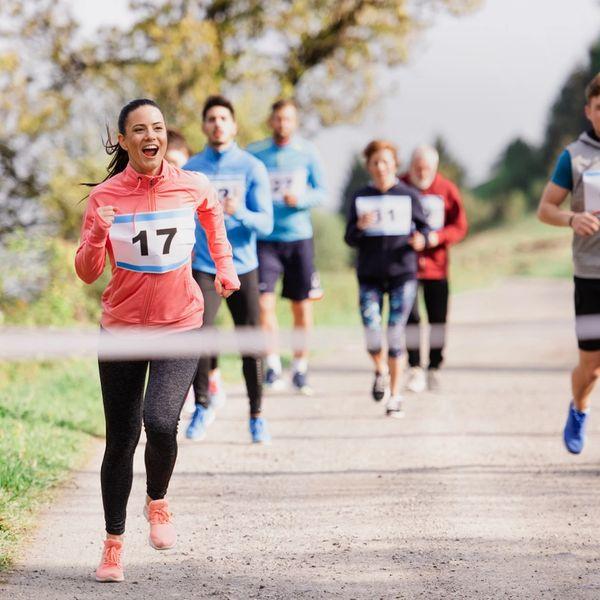 folk løper mot mål på en solskinnsdag