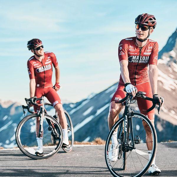 to menn på sykkel i fjellet