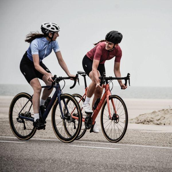 kvinner som sykler