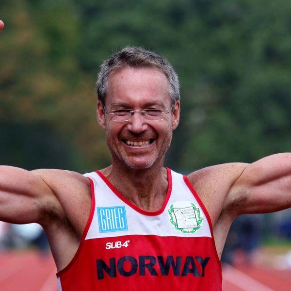 per gunnar med hendene i været og smilet på plass etter et løp