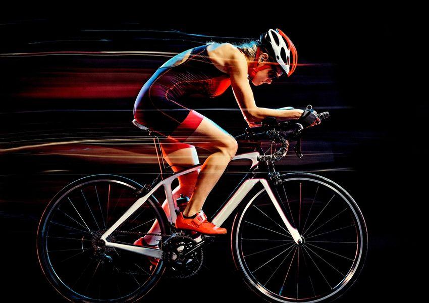 kvinne sykler i full fart
