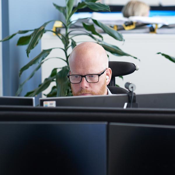 Person framför dator