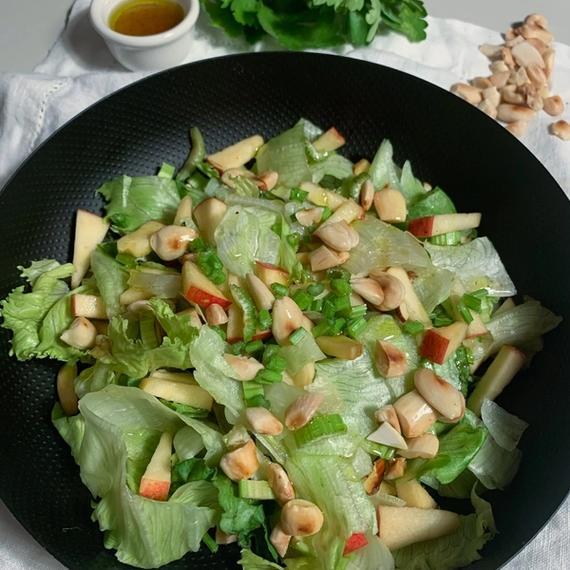 Stangensellerie Salat mit Apfel und Honig Vinaigrette