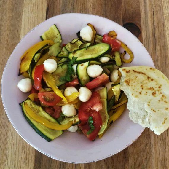 Tomatensalat mit geröstetem Gemüse