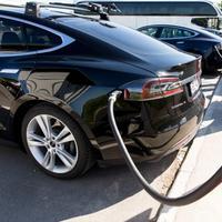 KLARE MILJØFORDELER: Flere studier, som tar utgangspunkt i såkalte livsløpsanalyser, slår fast at det er klare miljøfordeler ved elbiler sammenlignet med bensinbiler.