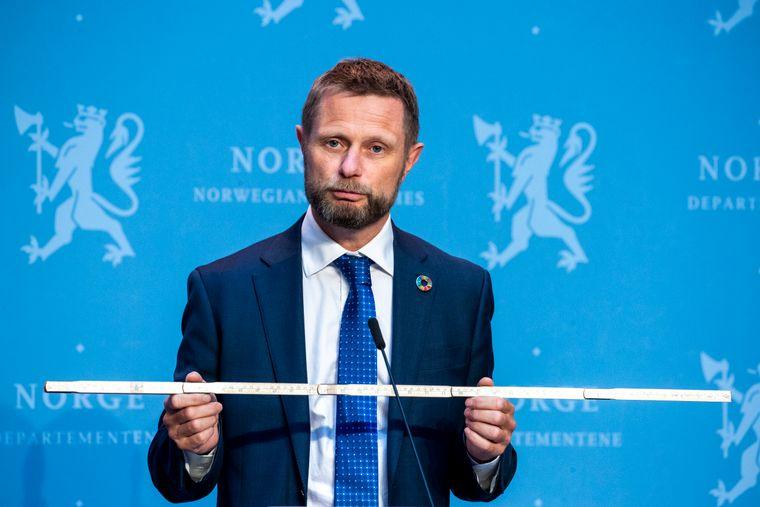 Bent Høie trakk fram tommestokken under pressekonferansen rett før sommerferien i juni for å understreke hvor viktig «meteren» er i kampen mot koronaviruset.