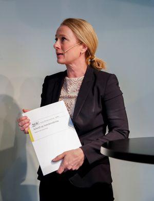 Arbeids- og sosialminister Anniken Hauglie (H) med Sysselsettingsutvalgets rapport.