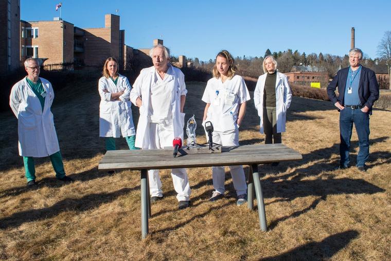 Leger og forskere ved Oslo universitetssykehus vil teste ebolamedisinen remdesivir mot koronaviruset. Bildet illustrerer at en gruppe leger og forskere ved sykehuset forteller om det finnes en medisin mot covid-19 i dag.