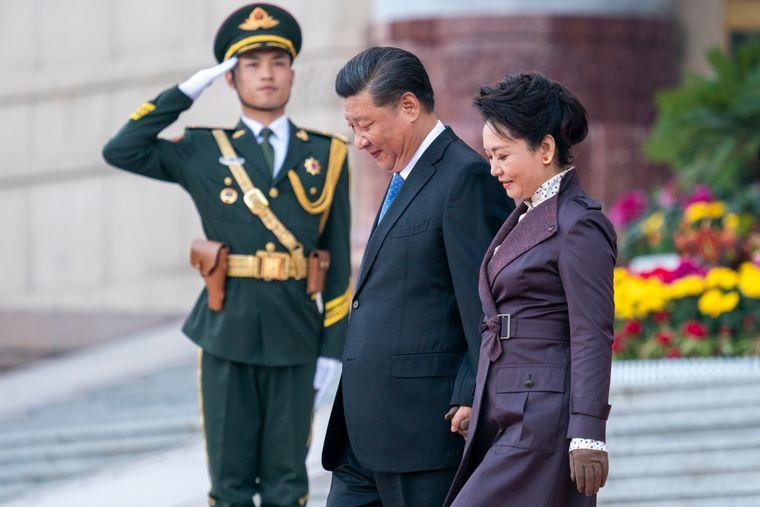 Kina forsøker å fremstille sin håndtering av koronaviruset som bedre enn den amerikanske. Bildet viser president Xi Jinping med førstedame Peng Liyuan under en mottakelse i Beijing der kong Harald og dronning Sonja var til stede.