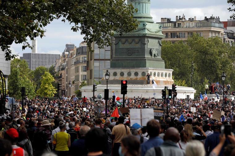 Bildet viser store folkemasser i Paris 31. juli.