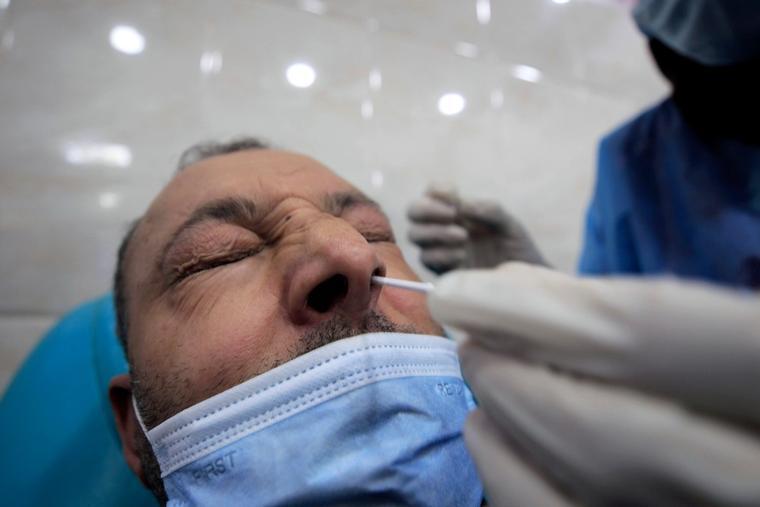 En mann i Algerie blir testet for koronavirus.