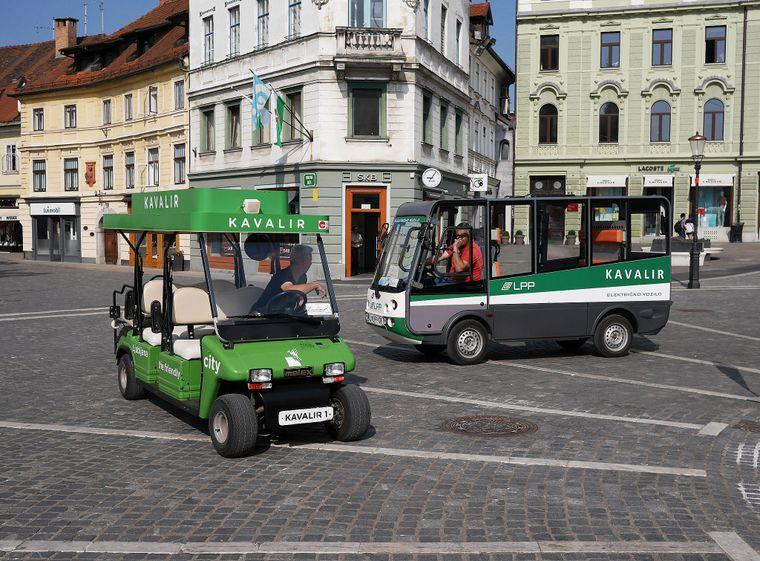 Eldre og andre som er dårlige til beins kan ta disse elektroniske bussene i Ljubljana.