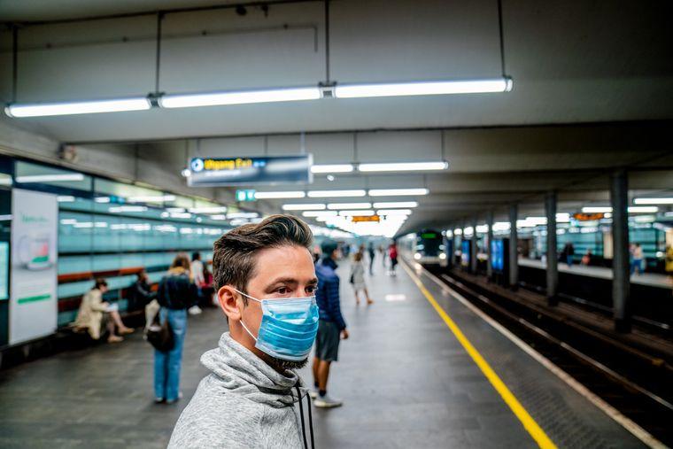 Bruk av munnbind i kollektivtrafikken er noe av det som vurderes også for Norge.