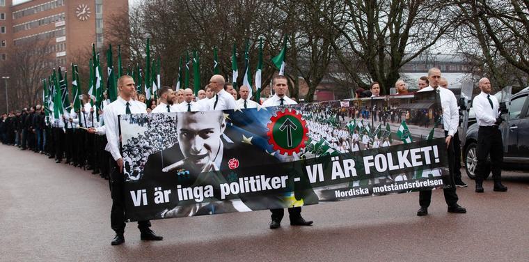 Virtanen gikk midt i dette toget av uniformerte nazister den 1. mai 2018 i Ludvika i Sverige.