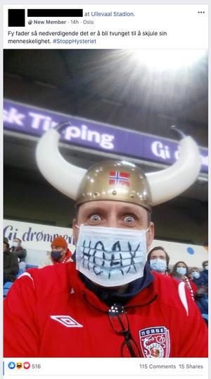 Slik delte en bruker i gruppen bilde av seg selv fra landskamp på Ullevaal stadion – iført et munnbind med påskrift som protest.