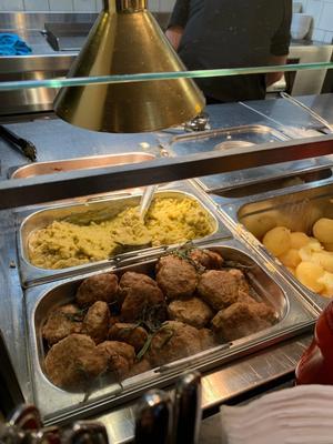 På Kaffistova spiser de fleste gjestene tre kjøttkaker til middag