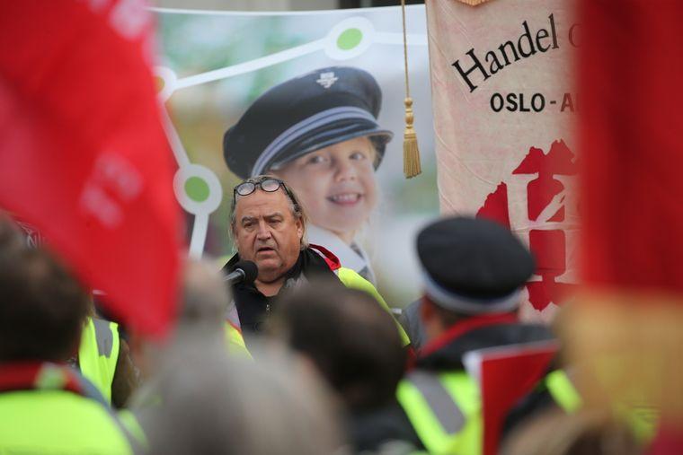 Rolf Ringdal i Norsk lokomotivmannsforbund holder appell.