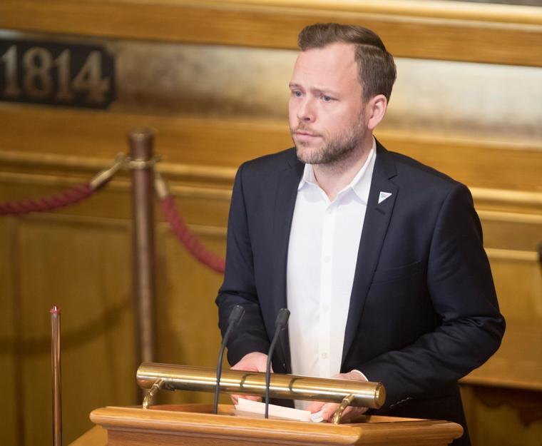 SV-leder Audun Lysbakken fikk med seg Stortinget på å anmode regjeringen om å utrede Norges tilslutning til FNs internasjonale forbud mot atomvåpen.