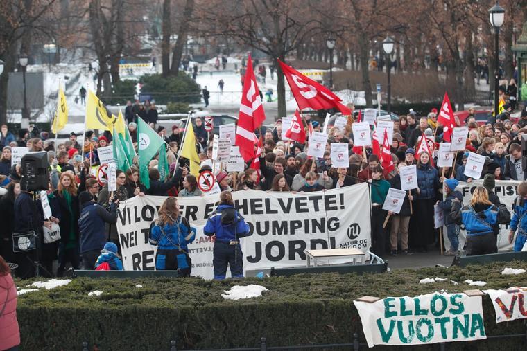 Natur og ungdom holdt demonstrasjon mot gruvedumping i Repparfjorden utenfor Stortinget 16. februar.