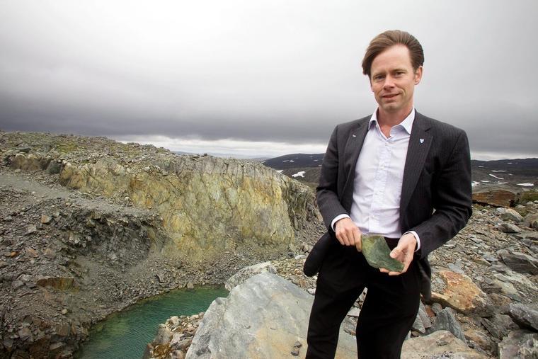 Administrerende direktør i Nussir ASA, Øystein Rushfeldt, foran det nedlagte dagbruddet på Ulveryggen, hvor det var gruvedrift fra 1972 til 1978.