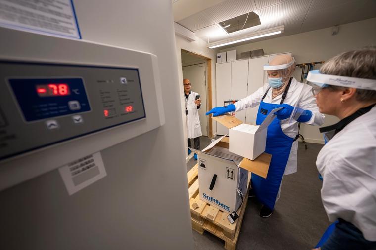Den første vaksinen som ble godkjent for bruk i EU og Norge var fra Pfizer/BioNTech. Den må lagres med en temperatur under minus 70 grader celsius.