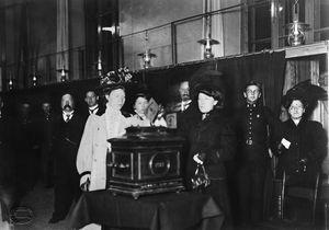 Første kvinne legger stemmeseddelen i urnen ved kommunevalget i 1910.