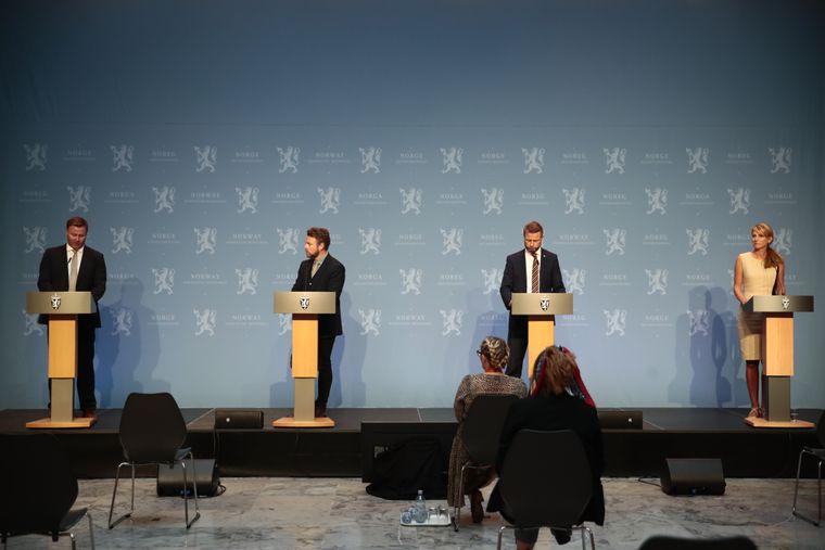 Koronapressekonferanse med (fra venstre) Espen Rostrup Nakstad, arbeidsminister Torbjørn Røe Isaksen, helseminister Bent Høie og Line Vold fra Folkehelseinstituttet.
