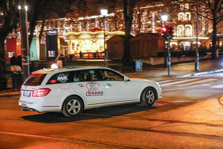 Vanskelige beregninger: Det er ikke lett å sammenligne taxipriser mellom ulike byer. Bildet viser en taxi fra Nedre Romerike Taxi som kjører i Oslos gater.