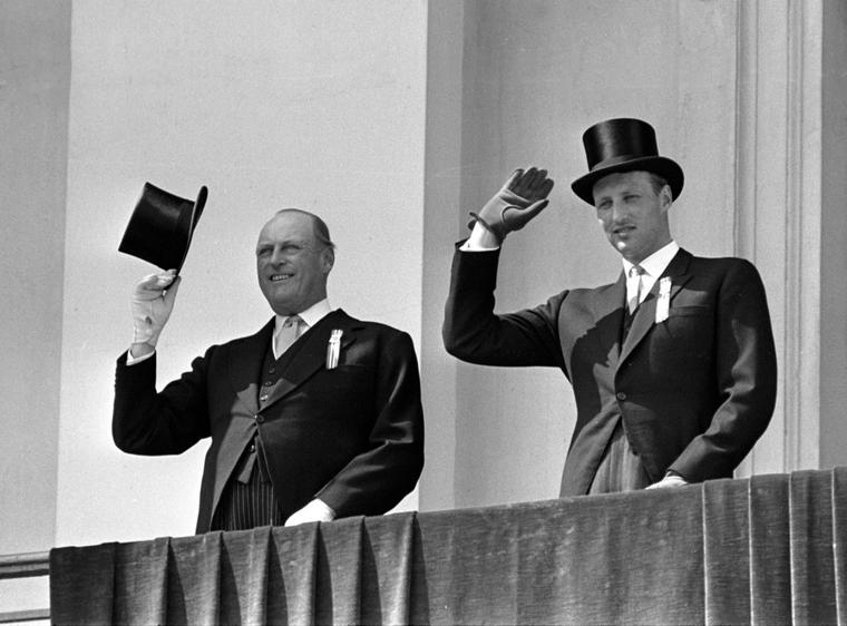 Kong Olav V og kronprins Harald på Slottsbalkongen 17. mai i 1966. Kong Olav V ble født i Storbritannia og var sønn av Kong Haakon VII (født i Danmark, sønn av kong Frederik VIII av Danmark og dronning Louise av Danmark - tidligere prinsesse av Sverige-Norge) og dronning Maud (født i Storbritannia, datter av kong Edvard VII av Storbritannia og dronning Alexandra av Storbritannia).