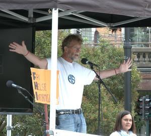 Den pensjonerte legen Heiko Santelmann under sin appell foran Stortinget.