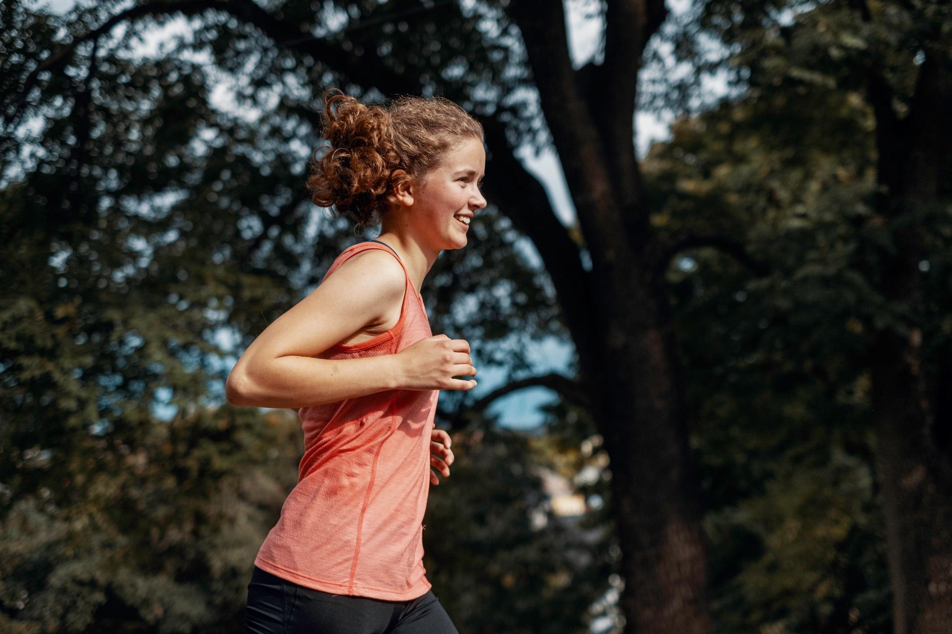 Jente løper