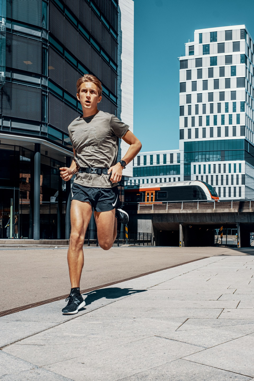 mann løper utendørs i byen