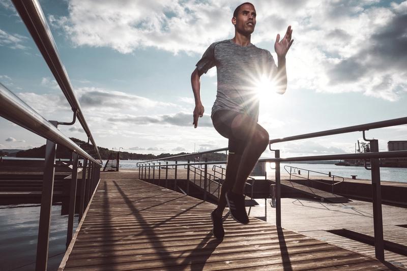 Mann løper utendørs på bryge