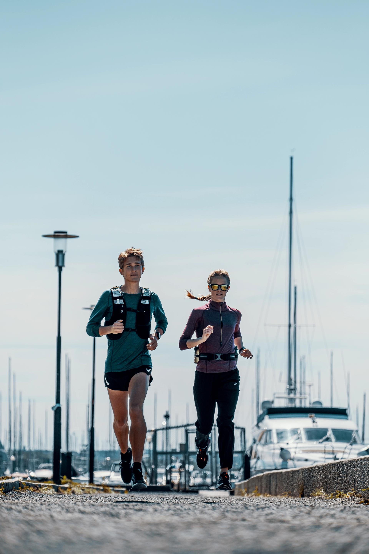 To løpere med løpeutstyr