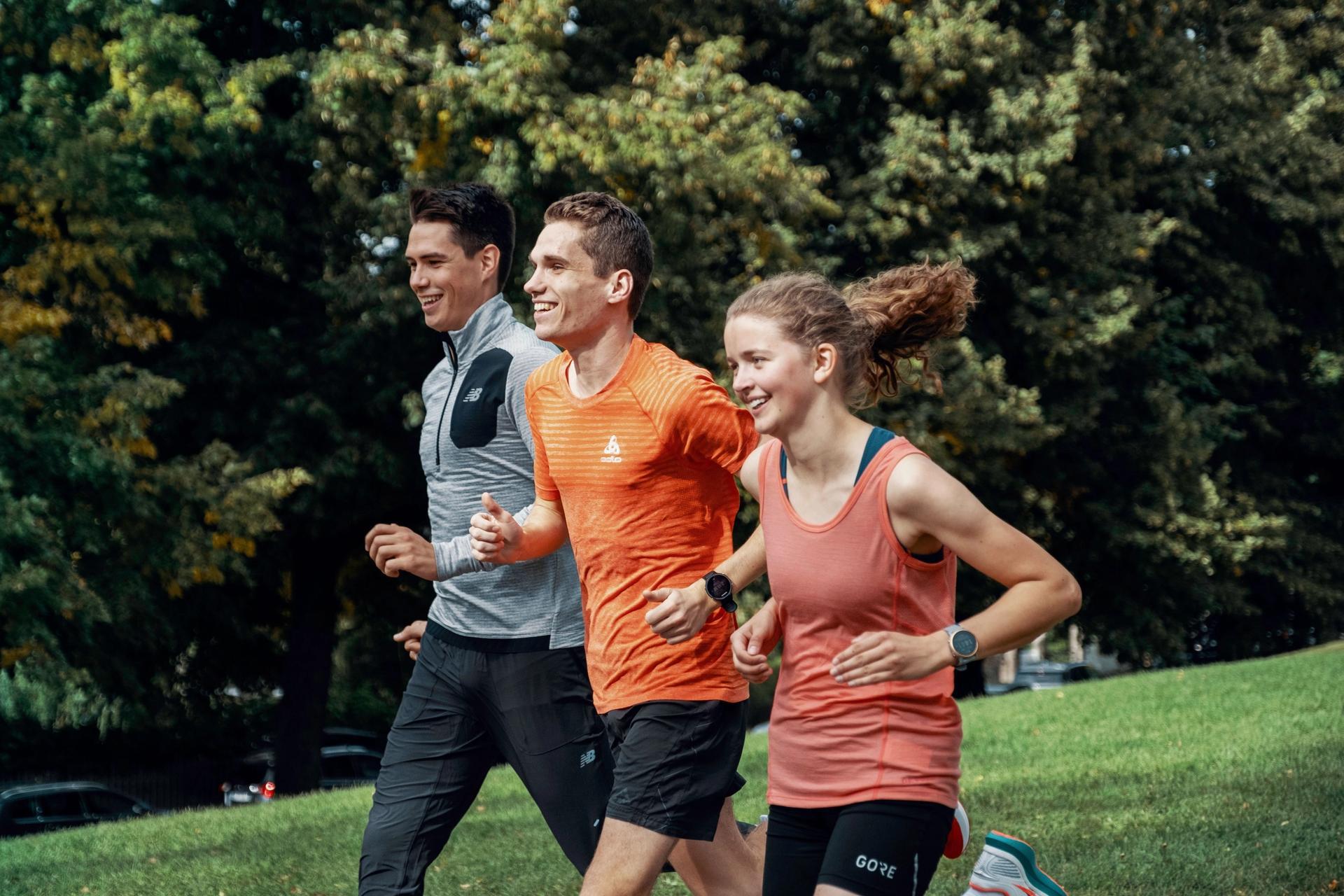 Unge mennesker løper utendørs