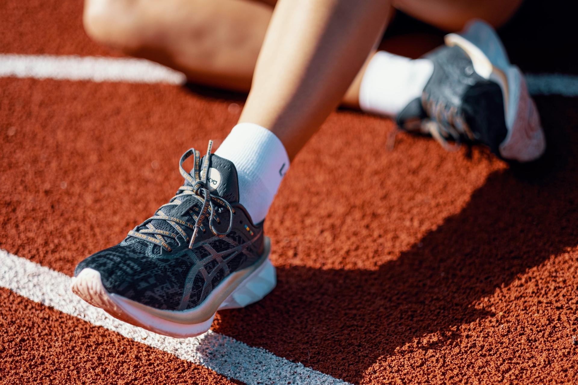 Løpesko med sokker på bane