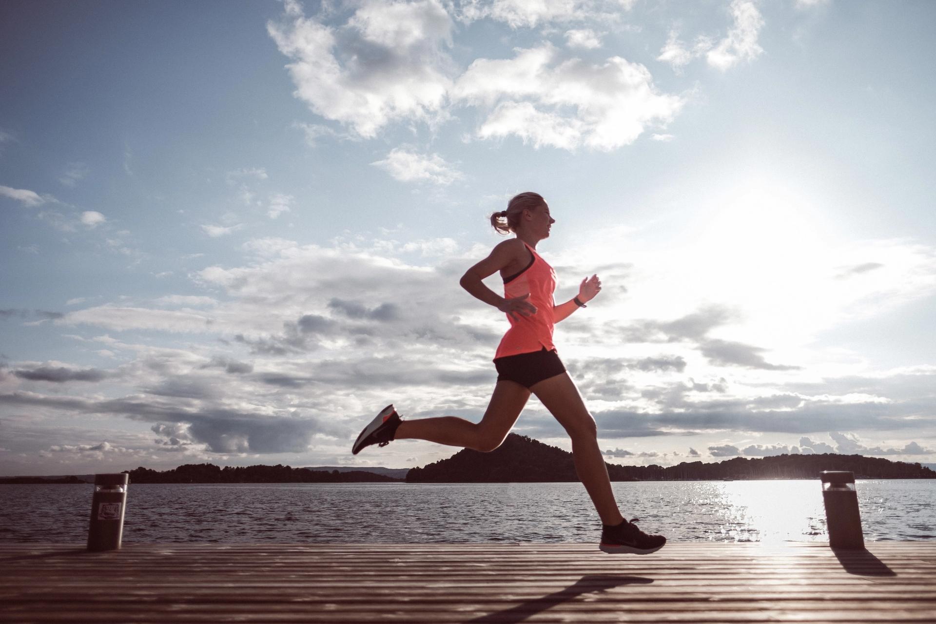 Dame løper om sommeren