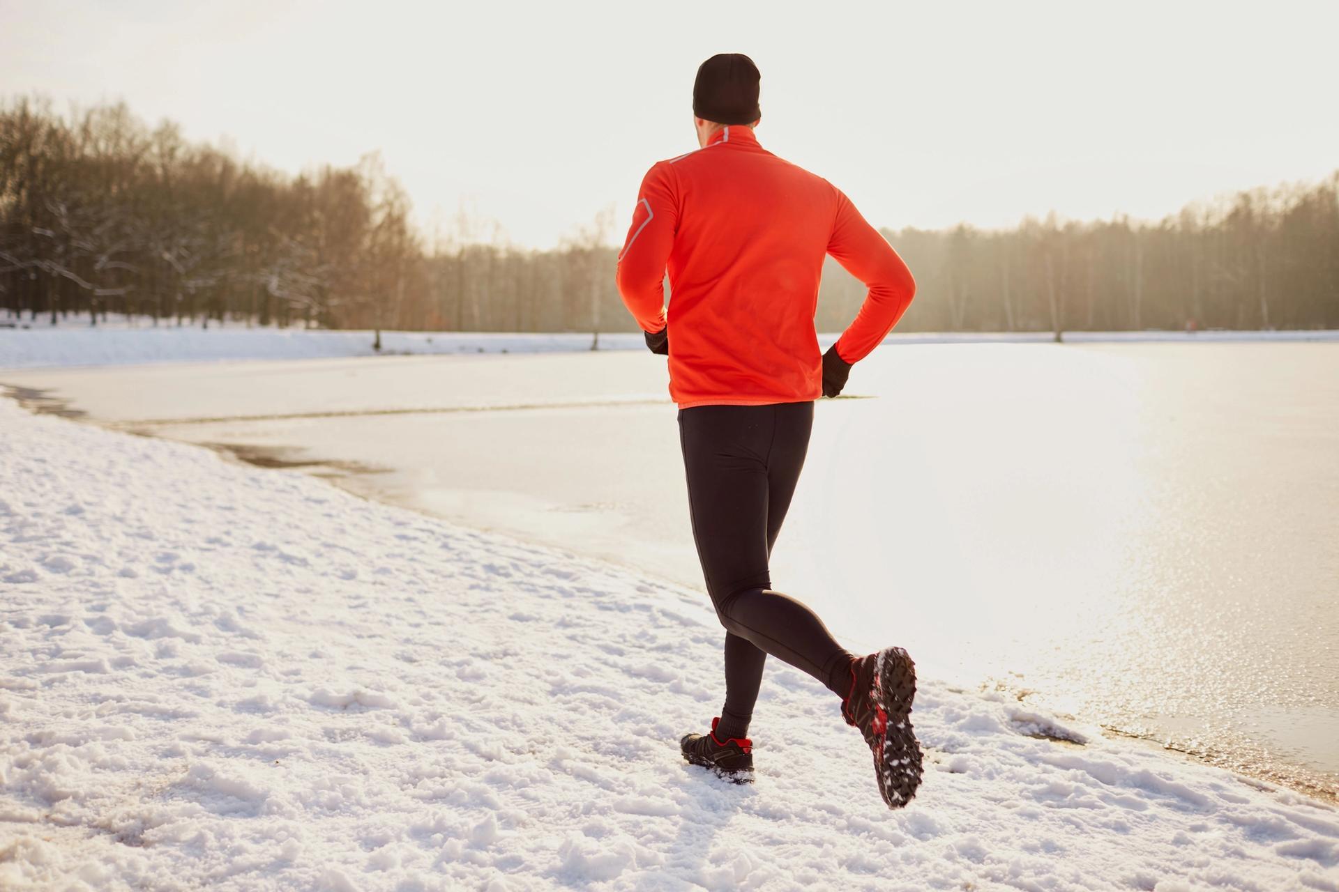 Mann løper på snø
